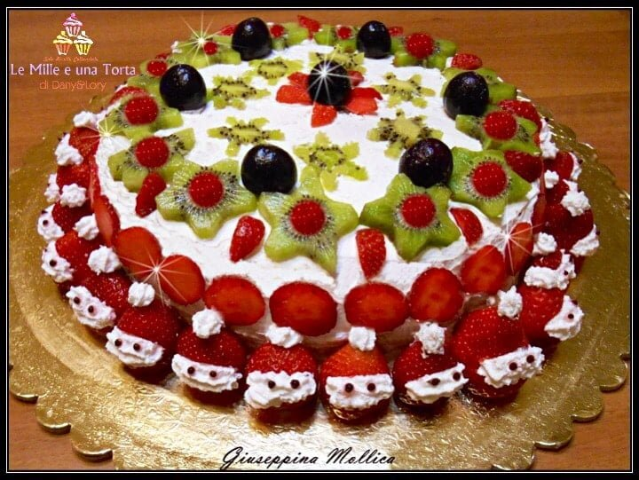 Torta Natalizia Alla Crema Di Ricotta Decorata Con Panna E Frutta 2